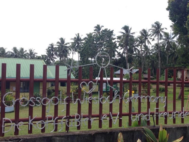 Zaun vor der Schule in Magenta